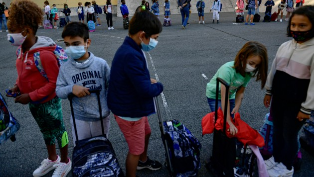 In Spanien öffneten die Schulen am Freitag wieder, nachdem sie wegen der Corona-Pandemie sechs Monate geschlossen waren. (Bild: AP)