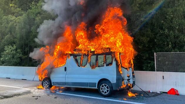 Die Insassen konnten das Wohnmobil noch rechtzeitig verlassen. (Bild: zeitungsfoto.at/Liebl Daniel)