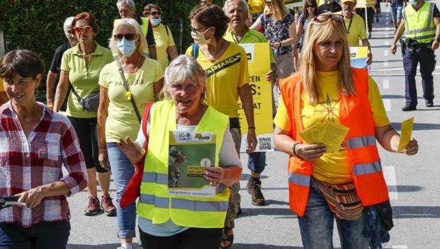 """Bei der Demo wollten die Gegner """"reinen Wein"""" einschenken. (Bild: Tschepp Markus)"""