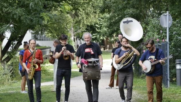 Die Jazzit Marching Brass Band musizierte durch das Stadtwerk. (Bild: Tschepp Markus)