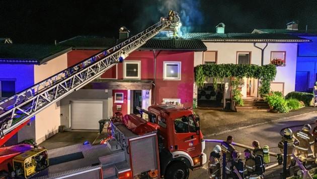 Salzburg, Feuerwehr Henndorf Brand eines Reihenhauses in Henndorf Alarmstufe 2 (Bild: Markus Tschepp)