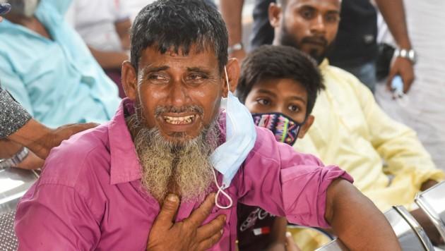 Trauernde Angehörige im Spital von Dhaka (Bild: APA/AFP/Munir UZ ZAMAN)