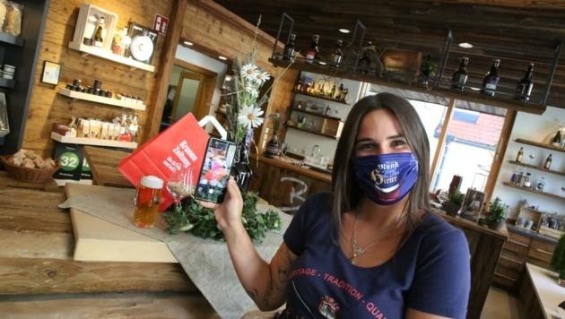 Lucia Kronawetter betreut als Praktikantin die Social-Media-Kanäle der Brauerei. (Bild: Hronek Eveline)