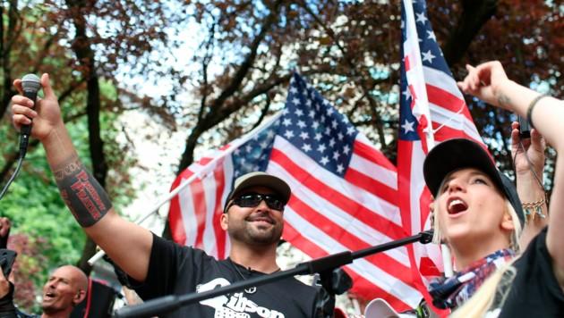 Patriot-Prayer-Gründer Joey Gibson (links) (Bild: AP)