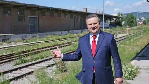 Bürgermeister Michael Ludwig in der Ödnis des Nordwestbahnhof-Areals, das völlig umgebaut wird. (Bild: Tomschi Peter)