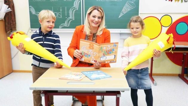 Landesrätin Winkler mit zwei Taferlklasslern in Frauenkirchen (Bild: Judt Reinhard)