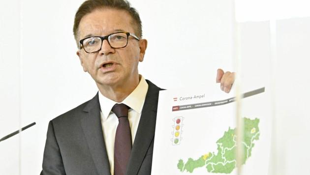 """""""Ganz in Grün"""", wie einst von Minister Anschober gewünscht, ist die erste Ampel-Schaltung nicht ausgefallen - in vier Zonen gilt ein """"mittleres Risiko"""". (Bild: APA/Hans Punz)"""