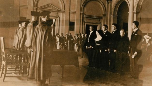 Ein Zeitdokument: eine historische Aufnahme einer Promotionsfeier in der Aula am 20. Juli 1932.