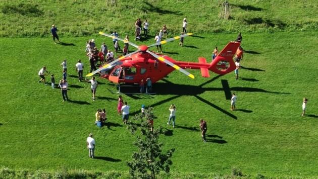 """Ein Rettunsghelikopter setzte mitten im Helmut-Zilk-Park auf und lockte zahlreiche Schaulustige an. (Bild: """"Krone""""-Leserreporter)"""