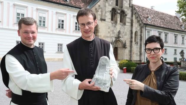 Pater Johannes (li.) und Pater Moses segneten die Statue für die Finderin im Stift. (Bild: Judt Reinhard)
