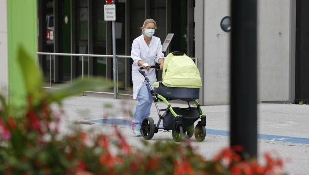 Mitarbeiter der Landeskliniken müssen per Dienstanweisung einen Mundschutz tragen. Eine Mitarbeiterin soll sich nicht daran gehalten haben. (Symbolbild) (Bild: Tschepp Markus)