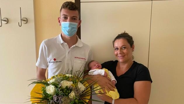 Notfallsanitäter Lukas Broll gratuliert, stellvertretend für das Notarzt- und Rettungsteam, der stolzen Mama. (Bild: Rotes Kreuz Innsbruck)