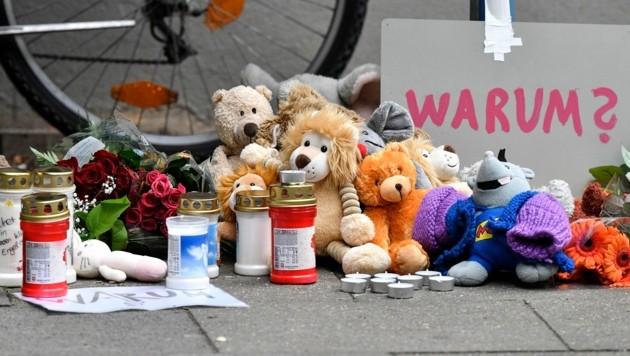 Vor dem Wohnhaus platzierten Passanten Stofftiere und Kerzen. (Bild: AP)