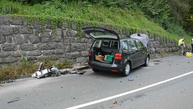 Bei dem schweren Unfall wurde das Motorrad in zwei Teile gerissen. (Bild: Feuerwehr Hallein)