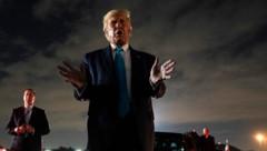 """US-Präsident Donald Trump muss sich derzeit bei jedem Auftritt Fragen zum Soldaten-Streit gefallen lassen. Die ganze Sache ist für den wahlkämpfenden Republikaner allerdings eine """"Fake-Geschichte"""". (Bild: AP)"""