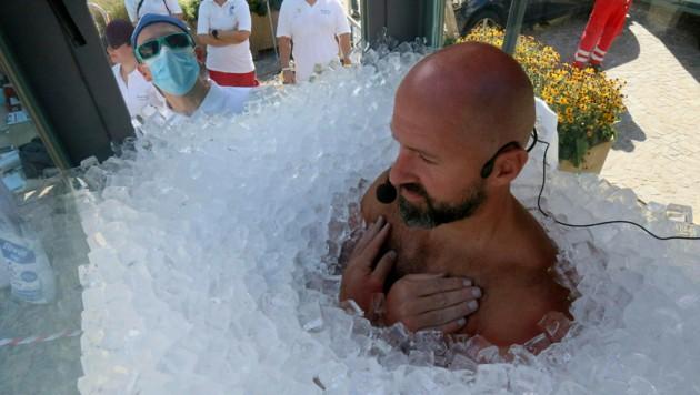 2,5 Stunden harrte der Steirer Josef Köberl in der Eisbox aus. (Bild: AP)