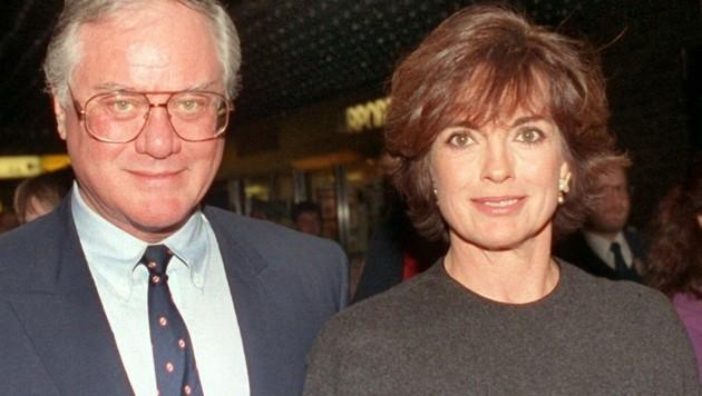 """Linda Gray mit Schauspielkollege Larry Hagman (1991). Zusammen fochten die beiden in der US-Fernsehserie """"Dallas"""" als Ehepaar J.R. und Sue Ellen Ewing einen nicht enden wollenden Ehekrieg aus. (Bild: APA/dpa/Wolfgang Weihs)"""