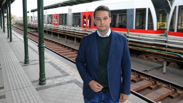 FPÖ-Wien-Chef Dominik Nepp gefällt an der U6-Linie nur eine Sache: Es gab einen klimatisierten Zug. (Bild: Martin Jöchl)