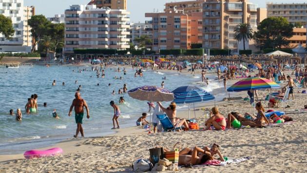 "Touristen am Palmanova Strand auf Mallorca. Ab 21 Uhr ist hier nun ""Badeschluss"". (Bild: AFP)"