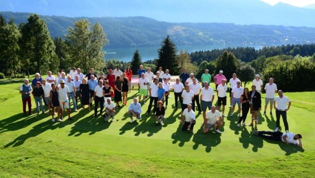 """Die 16 Teams des """"Krone"""" Golf Cups nach der Runde in Millstatt. Siegerehrung und ein köstliches Abendessen gab es im Anschluss im Golfrestaurant """"Nici's"""". (Bild: Wolfgang Vaschauner)"""