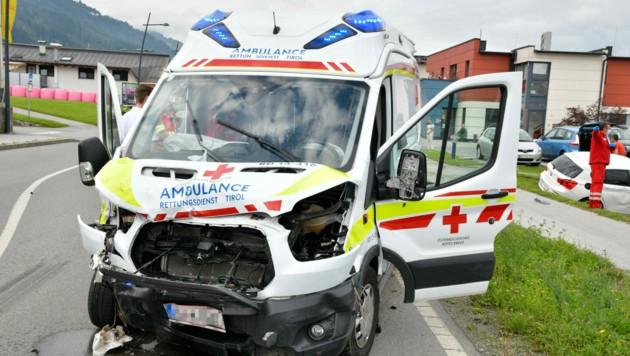 Der Rettungswagen war auf der Fahrt zu einem Einsatz, als der Unfall in Weer passierte. (Bild: zoom.tirol)