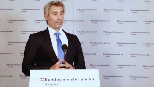 Gernot Kulis verwandelte sich für seine Web-Persiflage von Minister Karl Nehammer zu Karl Schmähhammer. (Bild: youtube.com/GernotKulis)