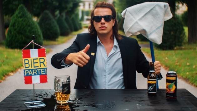 Dr. Marco Pogo - der Titel ist echt, der Name Kunst - will mit seiner Bierpartei 5,2 Prozent holen. (Bild: Bierpartei)