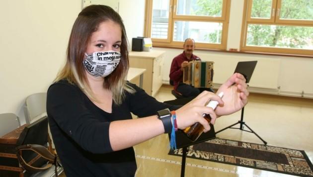 Musizieren nur mit Maske! Beim heutigen Schulstart in Wien ist eine MN-Schutzmaske beim Singen im Musikunterricht Pflicht für alle Schüler. (Bild: Hronek Eveline)