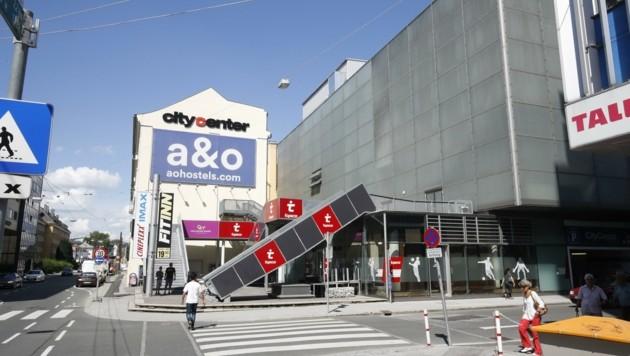 Die Nachnutzung des Cineplexx-Gebäudes ist offen. Dahinter entsteht ein Hostel-Turm. (Bild: Tschepp Markus)