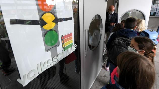 """Eine """"Corona-Ampel"""" beim Schultor einer Volksschule (Bild: APA/ROLAND SCHLAGER)"""