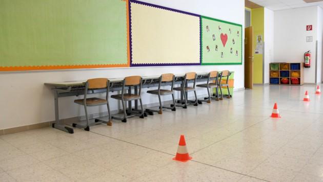Hütchen als Abstands-Indikatoren in einer Volksschule in Wien (Bild: APA/ROLAND SCHLAGER)