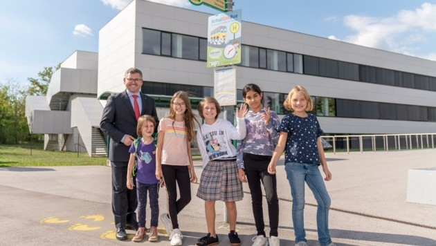 Haltestelle für SchulGehBus – Landesrat Ludwig Schleritzko zeigt wie es geht.