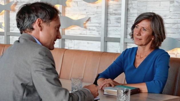 """Krone""""-Redakteur Alexander Schönherr mit Birgit Hebein im Haus des Meeres: """"Ich gehe Dinge pragmatisch an."""" (Bild: Zwefo)"""