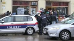 Polizei vor dem Salon, in dem S. getötet wurde (Bild: ANDI SCHIEL)