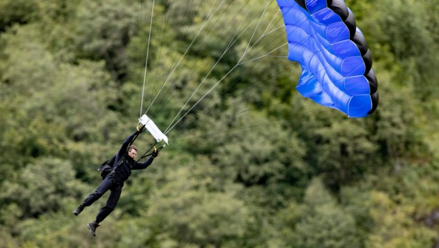Es gibt nichts, was Tom Cruise nicht kann - selbst mit dem Fallschirm macht der Action-Star eine gute Figur. (Bild: Geir Olsen / NTB scanpix / picturedesk.com)