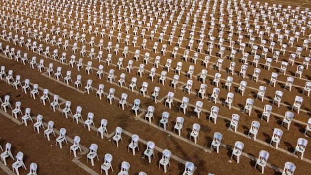 Die Sessel sollen die Corona-Toten symbolisieren.