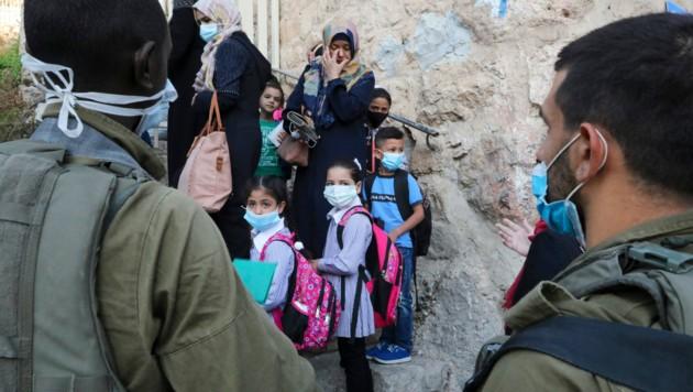 Schulkinder tragen Masken. (Bild: AFP)