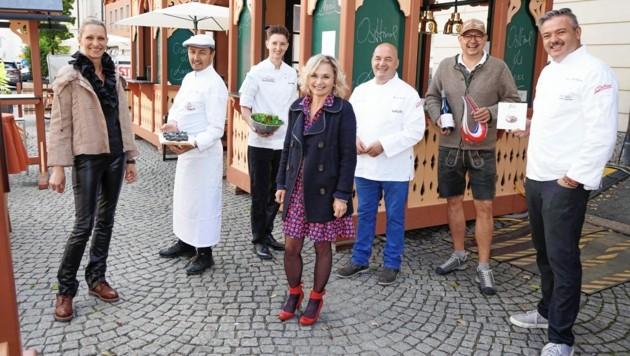 Blanik und TVB -Geschäftsführerin Barbara Nußbaumer vor den Hütten der Spitzenköche.