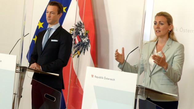 Finanzminister Gernot Blümel und Arbeits- und Familienministerin Christine Aschbacher (beide ÖVP) (Bild: APA/HERBERT PFARRHOFER)