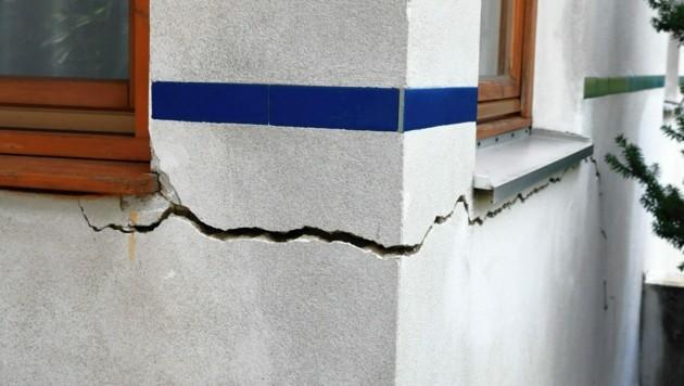 Die Erde bewegt sich, die Mauern reißen - eine katastrophale Situation. (Bild: Zwefo)