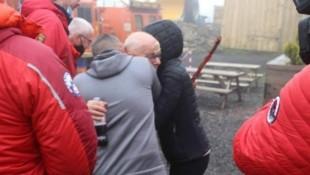Der tränenreiche Moment, in dem der zuvor vermisste Wanderer Harry Harvey von seiner Familie umarmt wird, ist derzeit Gesprächsthema in ganz Großbritannien. (Bild: Social Media/The Tan Hill Inn)