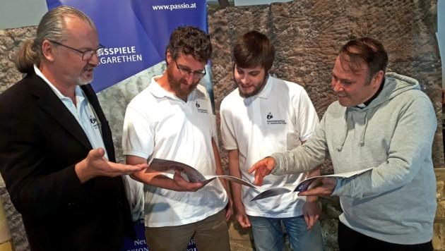 Spielleiter Geier mit den beiden Jesusdarstellern Rupert Kugler und Andreas Schalling und Regisseur Alexander Wessely. (Bild: Pasionsspiele Sankt Margarethen)