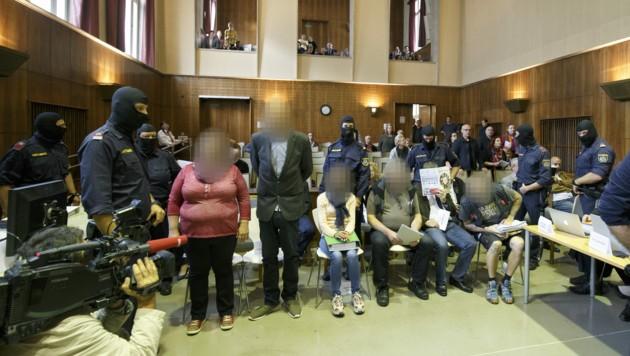 """Die Angeklagten im Rahmen des Prozessauftaktes gegen die Mitglieder des """"Staatenbund Österreich"""" am 15. Oktober 2018 in Graz. (Bild: APA/APA POOL/ERWIN SCHERIAU)"""