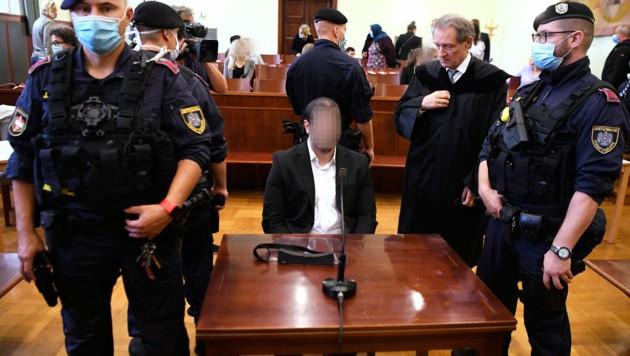 Der Angeklagte mit Anwalt Wolfgang Blaschitz (Bild: APA/ROBERT JAEGER)