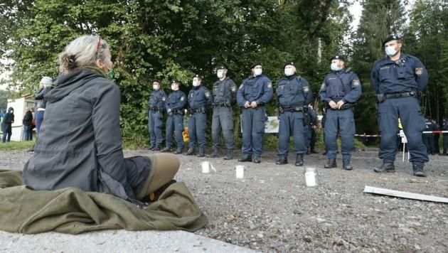 Aktivisten setzten sich bei der Mahnwache vor dem Einsatzkommando auf den Boden und sangen Lieder. (Bild: Tschepp Markus)