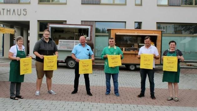 Stadtrat Heinz Schlatte (3. v. li.) mit den Marktbeschickern (Bild: Kurt Steinwender)
