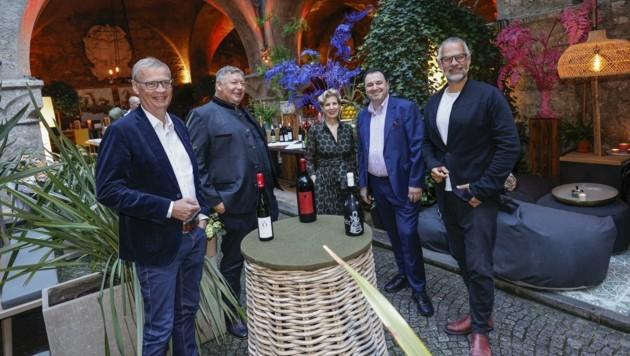 Günther Jauch (li.) mit Hans Schwarz und Clemens Strobl (re.) neben den Gastgebern Claus Haslauer und Veronika Kirchmair.