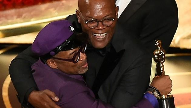 Spike Lee umarmt bei der Oscarverleihung 2019 Samuel L. Jackson. (Bild: Photo by VALERIE MACON / AFP)