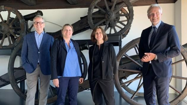 Museumsdirektor Otto Hochreiter mit Kuratorinnen Ingrid Holzschuh und Martina Zerovnik und Kulturstadtrat Riegler. (Bild: Christoph Hartner)