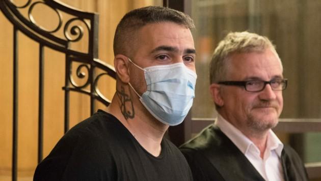 Bushido mit Mund-Nasen-Schutz vor Gericht in Berlin (Bild: AFP)
